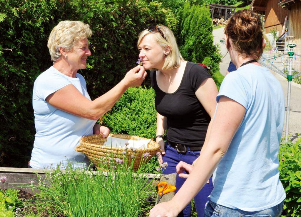 Im Kräutergarten sind Generationen vereint