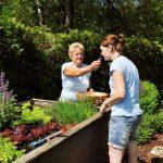 Michaela und Carola im Kräutergarten