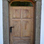 Mühlvierlter Granit umrahmt die alte Holztür