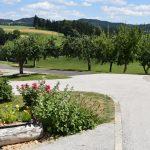 Obstgarten, Streuobstwiese und Blumenschmuck am Biohof Schafflhof in Oberösterreich