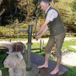 Pepi pumpt Wasser