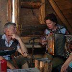 Andrea spielt mit der steirischen Harmonika