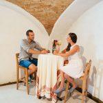 Paar mit einem Glas Wein beim Grafhaidergut (c) Heinisch Gollner